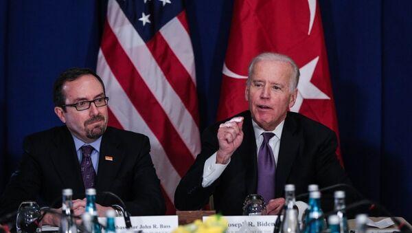 Amerika Birleşik Devletleri (ABD) Başkan Yardımcısı Joe Biden (sağda), Conrad Otel'de sivil toplum kuruluşu temsilcileriyle görüştü. Toplantıda ABD'nin Ankara Büyükelçisi John Bass da (solda) yer aldı. - Sputnik Türkiye