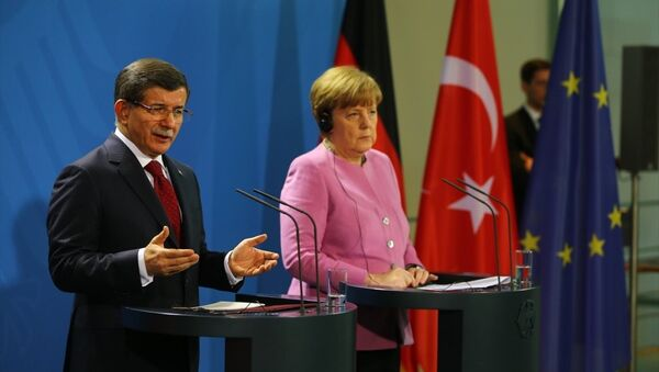 Başbakan Ahmet Davutoğlu Avrupa ülkelerini kapsayan resmi ziyareti kapsamında Almanya'nın başkenti Berlin'de, Almanya Başbakanı Angela Merkel ile bir araya geldi. - Sputnik Türkiye