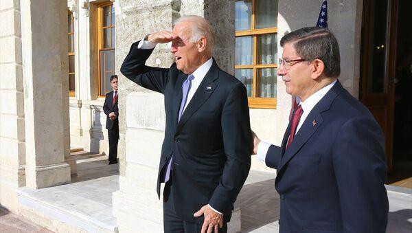 Başbakan Ahmet Davutoğlu ile ABD Başkan Yardımcısı Joe Biden (solda), Dolmabahçe'deki Başbakanlık Çalışma Ofisi'nde bir araya geldi. - Sputnik Türkiye