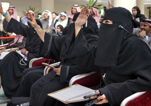 Suudi Arabistan'da ABD Dışişleri Bakanı John Kerry'e soru soran kadınlar