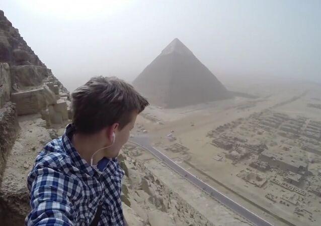 Andrey Çiselskiy isimli 18 yaşındaki bir turist, Mısır'ın Gize kentinde bulunan 146 metre yükseklikteki piramide tırmandı.