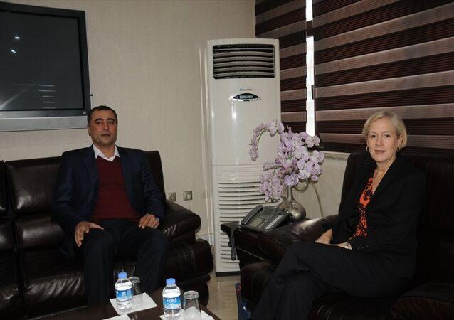 ABD'nin Adana Konsolosu Linda Stuart Specht (sağda), hakkında yürütülen soruşturma kapsamında İçişleri Bakanlığınca görevinden alınan eski Batman Belediye Başkanı Sabri Özdemir (solda) ile belediyede görüştü.