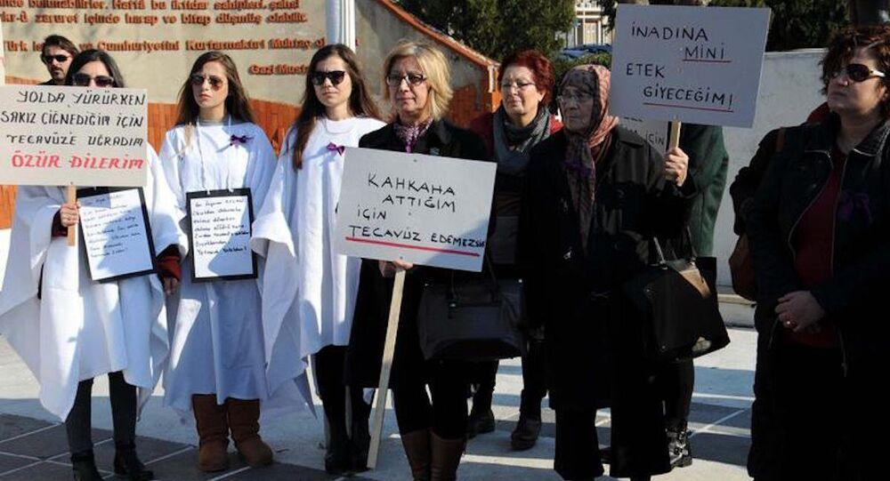 Kadınlar Bağdat Caddesi'nde gerçekleştirilen tecavüzü protesto etti.