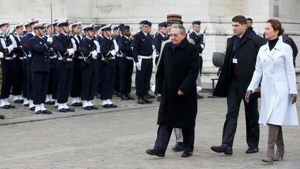 Küba Devlet Başkanı Raul Castro, Fransa ziyaretinde İsimsiz Asker Anıtı'nda düzenlenen törene katıldı. - Sputnik Türkiye