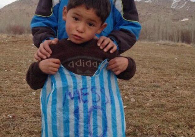 Messi hayranı Afgan çocuk, kendisine plastik poşetten forma yapmıştı.