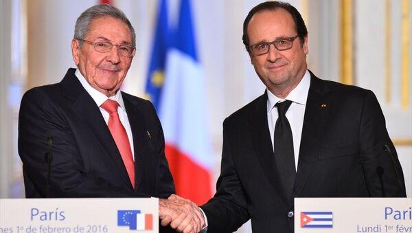 Fransız Cumhurbaşkanı François Hollande (sağda) Başkent Paris'teki Elysee Sarayı'nda Küba Devlet Başkanı Raul Castro (solda) ile bir araya geldi. İkili görüşmenin ardından ortak basın toplantısı düzenledi. - Sputnik Türkiye