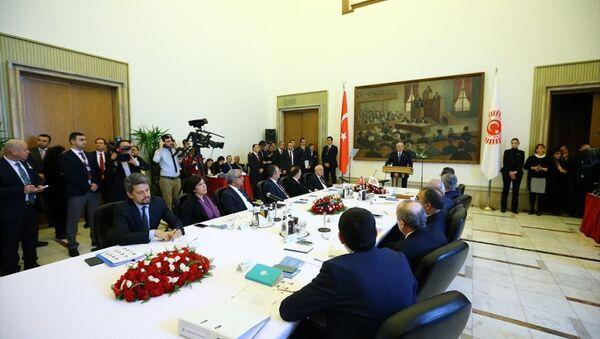 Anayasa Mutabakat Komisyonu, ilk toplantısını yapmak üzere TBMM Başkanı İsmail Kahraman Başkanlığında toplandı. - Sputnik Türkiye