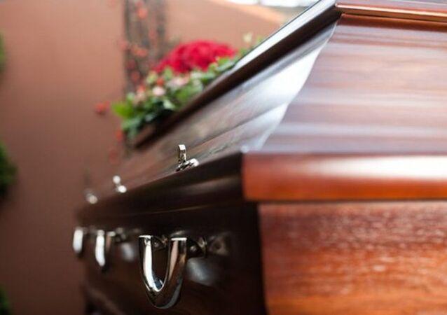 Eşinin öldürmek için katil tuttuğu kadın kendi cenazesini bastı