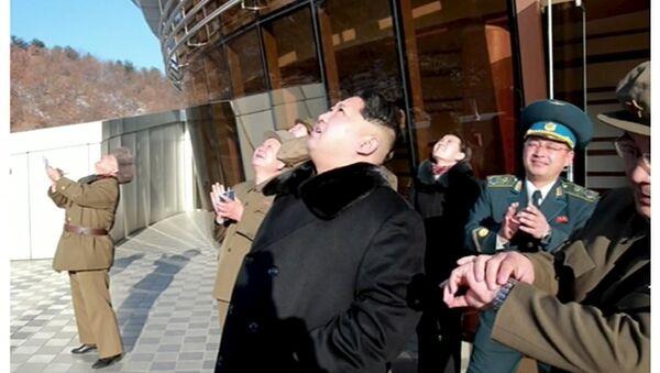 KRT televizyonu, Kuzey Kore lideri Kim Jong-un uydunun fırtıldığı sırada çekildiği belirtilen görüntülerini yayınladı. - Sputnik Türkiye