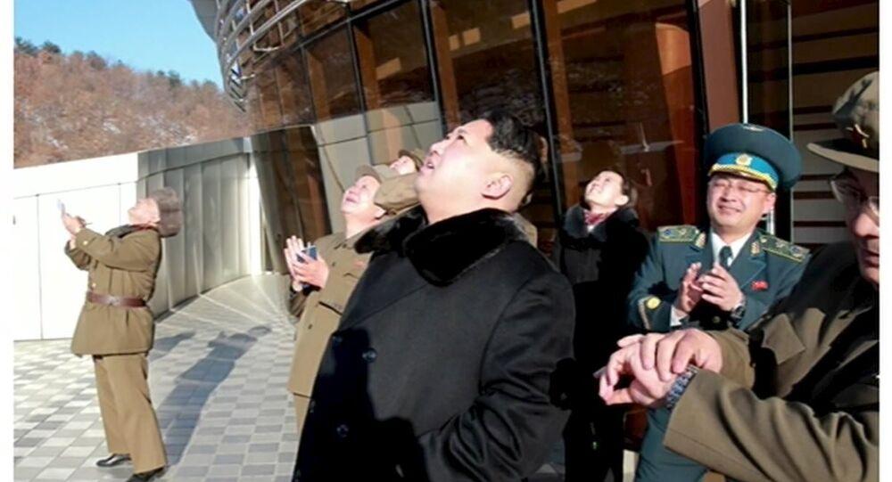KRT televizyonu, Kuzey Kore lideri Kim Jong-un uydunun fırtıldığı sırada çekildiği belirtilen görüntülerini yayınladı.