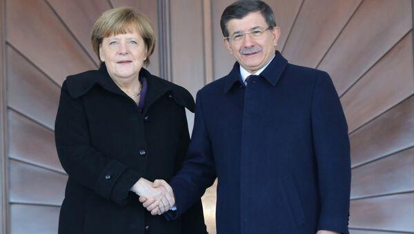 Almanya Başbakanı Angela Merkel ve Başbakan Ahmet Davutoğlu - Sputnik Türkiye