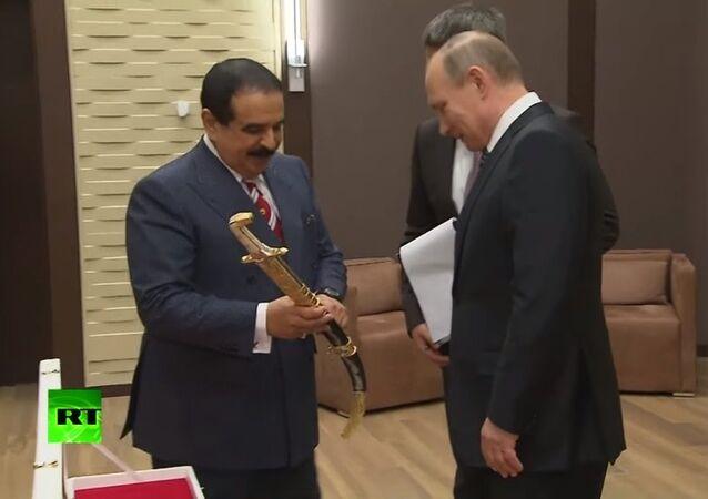Bahreyn Kralı'ndan Putin'e Şam çeliğinden kılıç