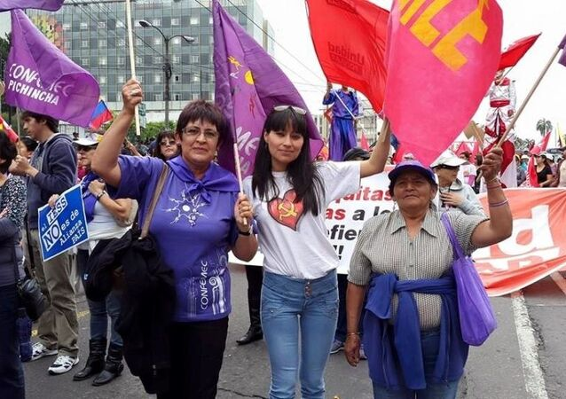 Erdoğan'ın korumalarının darp ettiği Ekvador Kadın Hareketi temsilcisi ve eski Meclis üyesi olan Cecilia Jaramillo (solda)