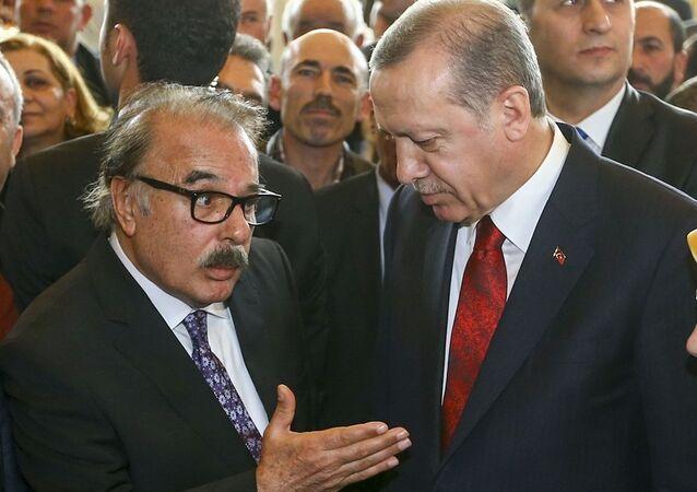 Cumhurbaşkanı Recep Tayyip Erdoğan, 9 Şubat Dünya Sigarayı Bırakma Günü dolayısıyla Cumhurbaşkanlığı Külliyesi'nde bir resepsiyon verdi. Resepsiyonda, sanatçı Ferdi Tayfur da yer aldı.