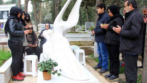 Özgecan Aslan, mezarı başında anıldı - Sputnik Türkiye