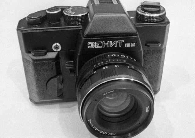 Zenit fotoğraf makineleri geri dönüyor.