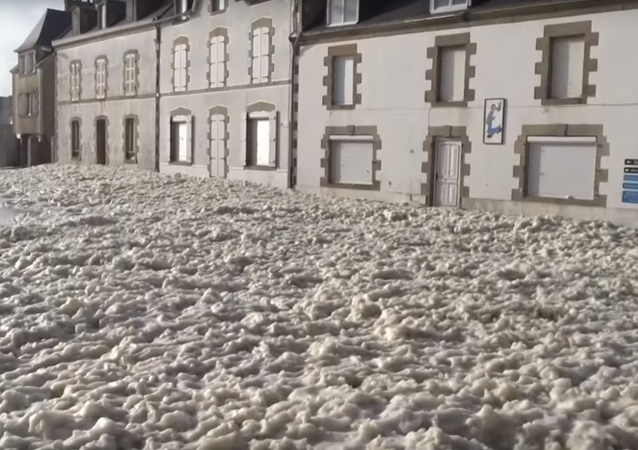 Fransa'nın bir kasaba fırtına nedeniyle denizden gelen köpüklerle adeta 'örtüldü'.