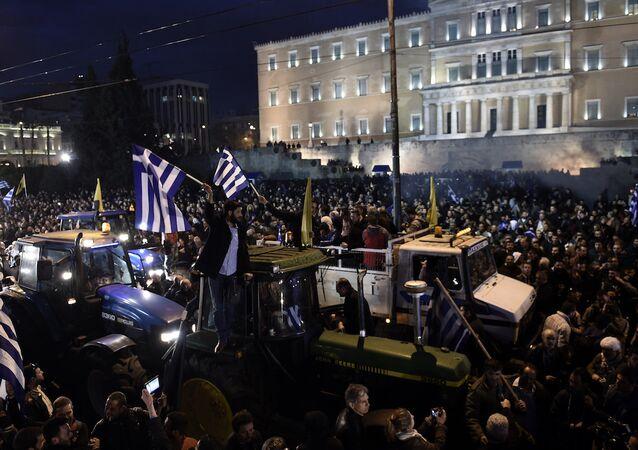 Yunan çiftçilerin eylemleri devam ediyor, traktörler Atina sokaklarında