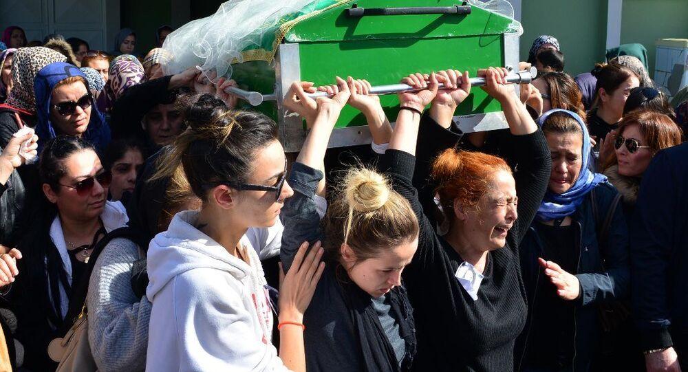 Adana'da bir erkek tarafından şiddete uğrayıp komaya giren ve 8 günlük hayat mücadelesini kaybeden 26 yaşındaki Türkan Sarıkaya'nın cenazesi toprağa verildi.