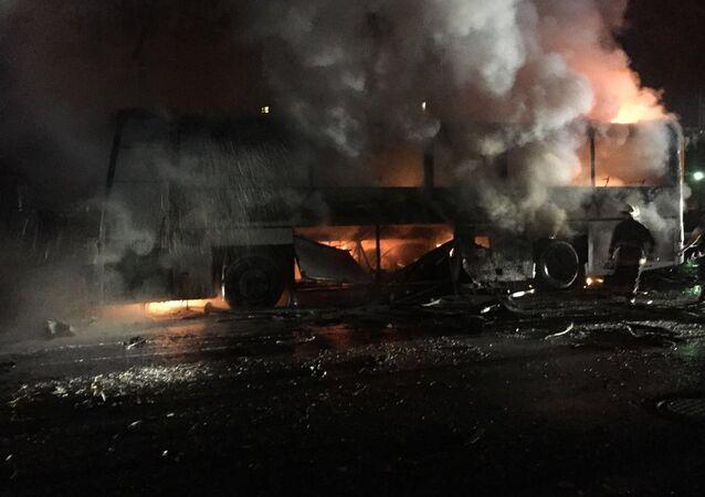 Ankara'da, İnönü Bulvarı'nı Dikmen Caddesi'ne bağlayan Merasim Sokak'ta askeri servis araçlarının geçişi sırasında patlama meydana geldi.