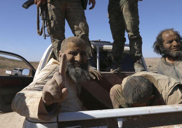 Demokratik Suriye Güçleri tarafından rehin alınan IŞİD militanları