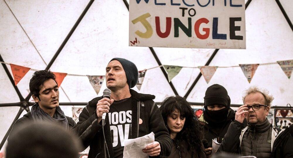 İngiliz aktör Jude Law, Calais'te bulunan ığınmacı kampını ziyaret etti.