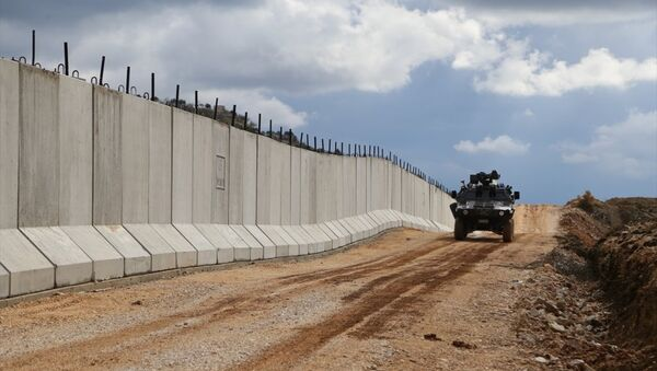 Suriye sınırında yer alan Hatay'da, sınır hattında yasa dışı hudut geçişi ve kaçakçılığı önlemek amacıyla yaklaşık 35 kilometrelik modüler beton duvar inşa edildi. - Sputnik Türkiye