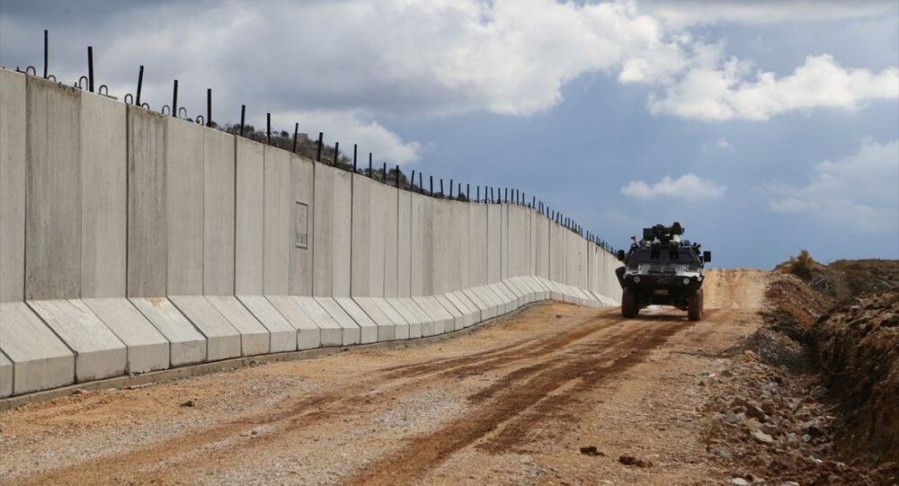 Suriye sınırında yer alan Hatay'da, sınır hattında yasa dışı hudut geçişi ve kaçakçılığı önlemek amacıyla yaklaşık 35 kilometrelik modüler beton duvar inşa edildi.
