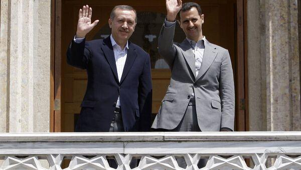 Suriye Devlet Başkanı Beşar Esad ve dönemin Başbakanı Recep Tayyip Erdoğan, İstanbul'da bir toplantı sonrası kameralara poz verirken. (9 Mayıs 2010) - Sputnik Türkiye