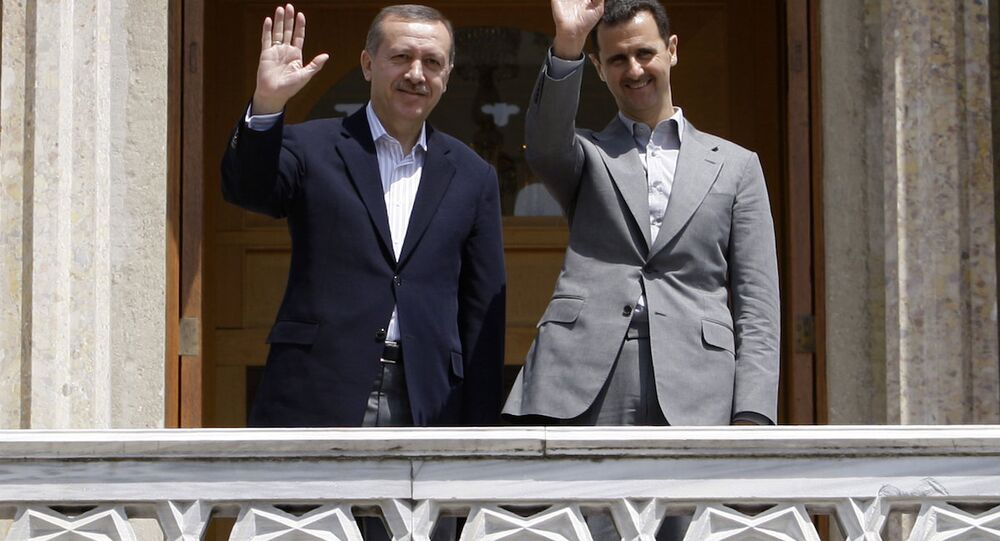 Suriye Devlet Başkanı Beşar Esad ve dönemin Başbakanı Recep Tayyip Erdoğan, İstanbul'da bir toplantı sonrası kameralara poz verirken. (9 Mayıs 2010)