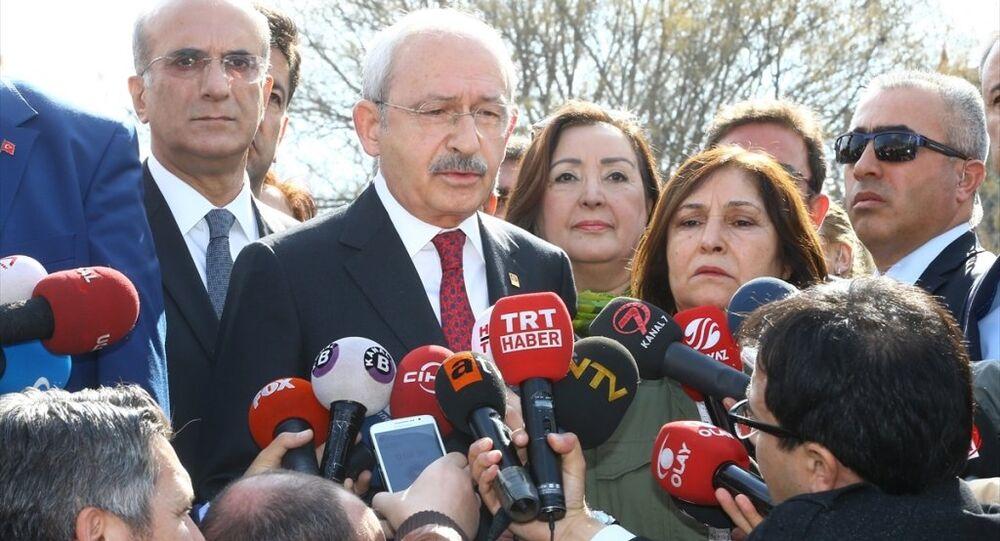 CHP Genel Başkanı Kemal Kılıçdaroğlu, eşi Selvi Kılıçdaroğlu ile Ankara'da terör saldırısının meydana geldiği Merasim Caddesi'ni ziyaret etti. Kılıçdaroğlu ziyareti sonrası basın açıklaması yaptı.