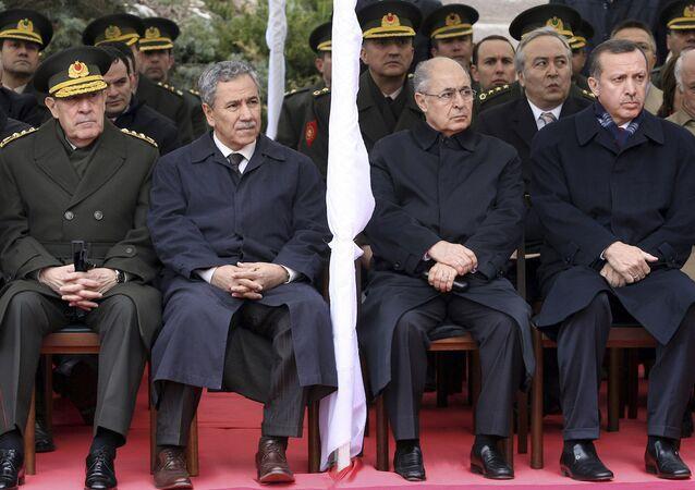 Dönemin Genelkurmay Başkanı Yaşar Büyükanıt, Hükümet Sözcüsü Bülent Arınç, Cumhurbaşkanı Ahmet Necdet Sezer ve Başbakan Recep Tayyip Erdoğan