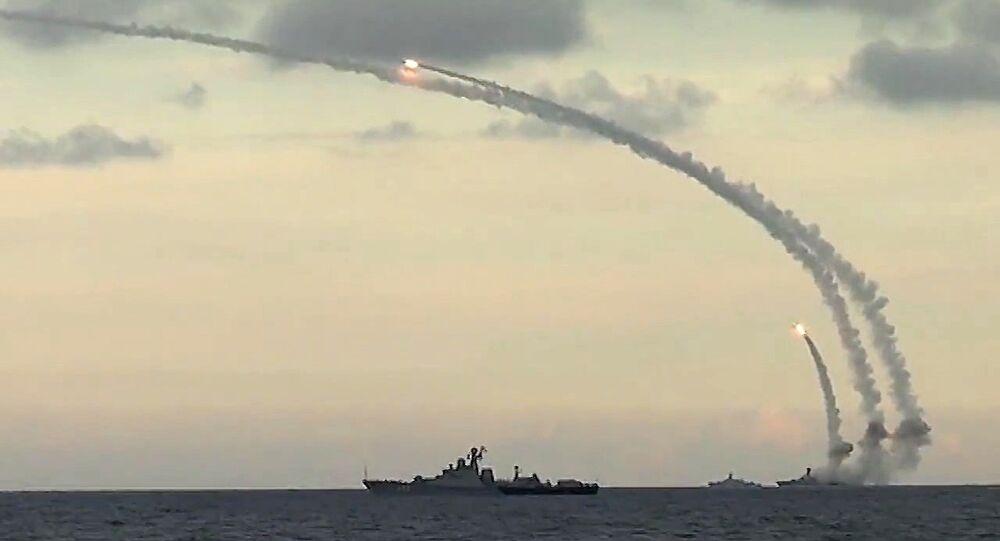 Rusya'nın Hazar Filosu Suriye'de IŞİD mevziilerine Kalibr-NK kruz füzeleri fırlatıyor