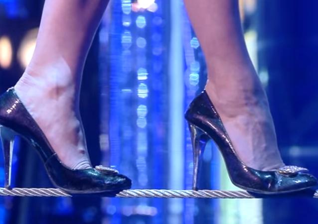Rus kadın cambaz topuklu ayakkabıyla rekor kırdı