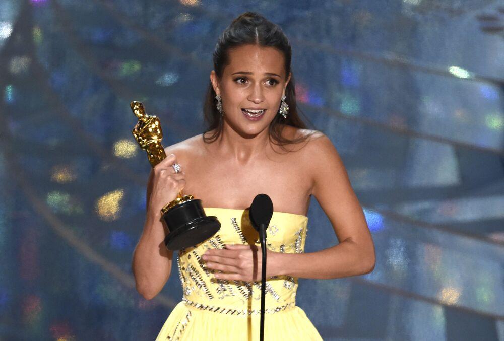 Alicia Vikander 'En iyi yardımcı kadın oyuncu' Oscar'ını aldı