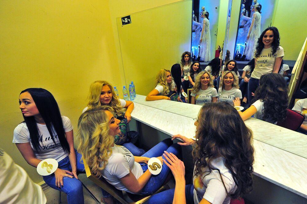 1994 yılından bu yana gerçekleştirilen Miss Moscow 2016 yarışmacıları kulisteyken.