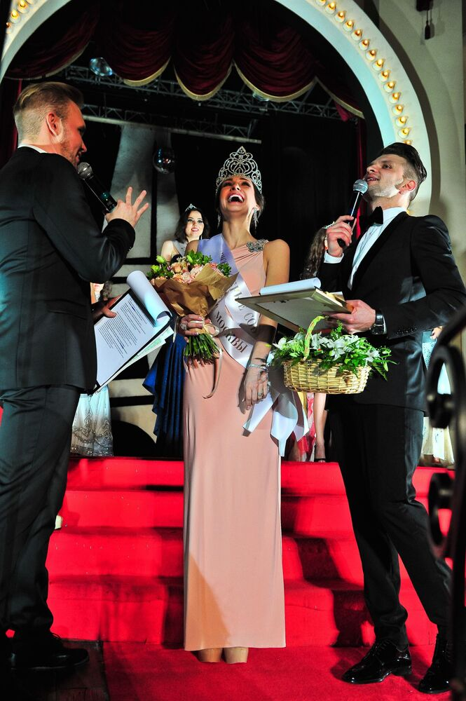 Miss Moscow 2016 birincisi Yelena Petuhova'ya tacı takılırken.