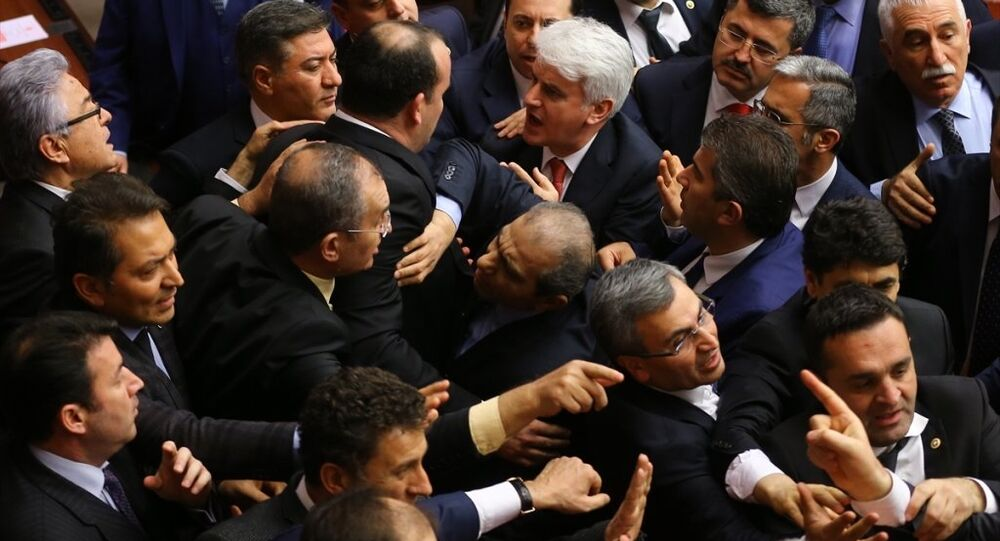 Genel Kurul'da CHP Gaziantep Milletvekili Akif Ekici'nin konuşması sonrası CHP ile AK Parti milletvekilleri arasında tartışma çıktı.