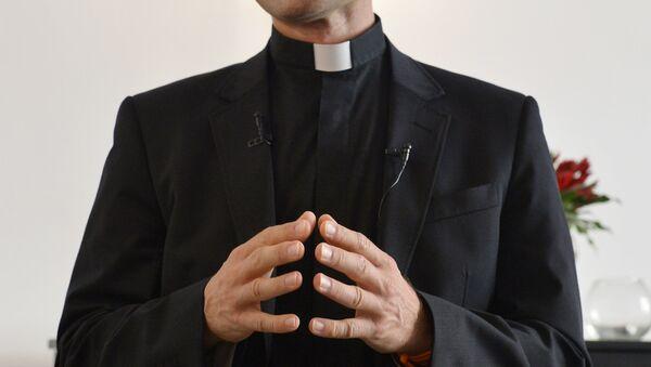 Katolik rahip, 'Nazi odasında' kokain koklarken yakalandı - Sputnik Türkiye