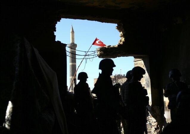 Diyarbakır'ın Sur ilçesinde PKK'ya yönelik operasyonda, jandarma ekipleri megafonla bölgedekilere teslim ol, sivillere tahliye çağrısı yaptı.