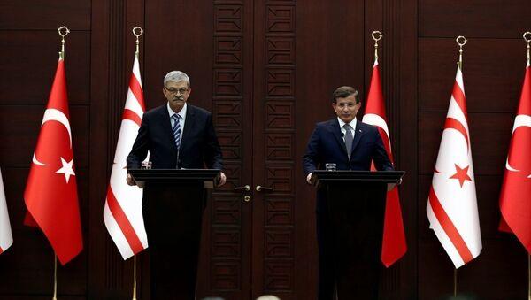 Başbakan Ahmet Davutoğlu, KKTC Başbakanı Ömer Kalyoncu ile Çankaya Köşkü'nde anlaşma ve imza töreninin ardından ortak basın toplantısı düzenledi. - Sputnik Türkiye
