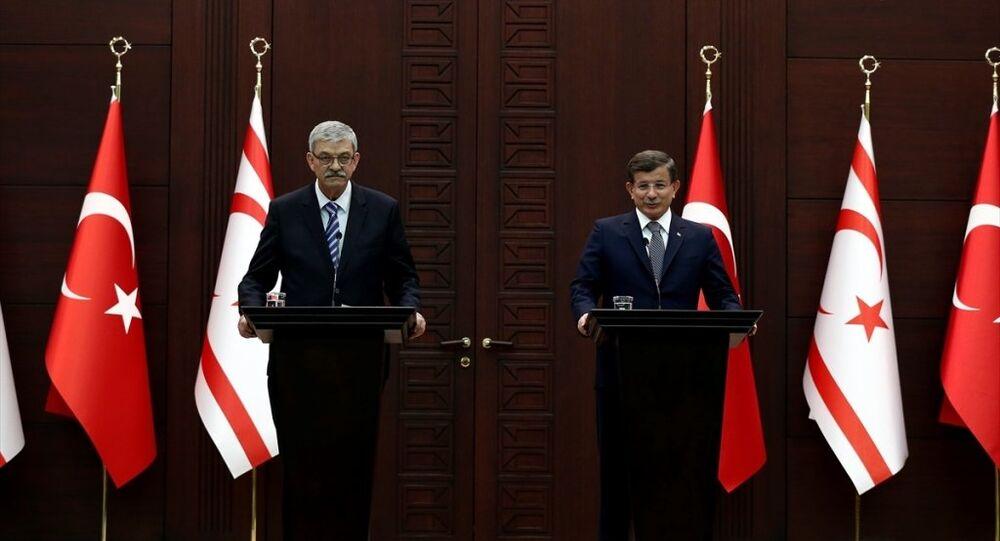 Başbakan Ahmet Davutoğlu, KKTC Başbakanı Ömer Kalyoncu ile Çankaya Köşkü'nde anlaşma ve imza töreninin ardından ortak basın toplantısı düzenledi.
