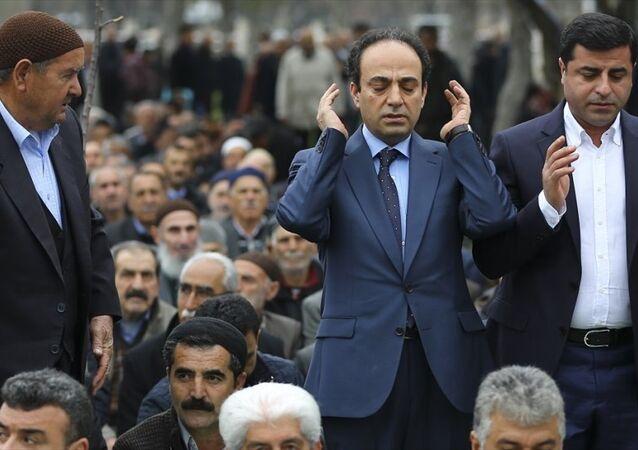 HDP Eş Genel Başkanı Selahattin Demirtaş, dün düzenlediği basın toplantısında yaptığı çağrı sonrası cuma namazını kılmak üzere HDP Şanlıurfa Milletvekili Osman Baydemir ile Sümerpark'a geldi.