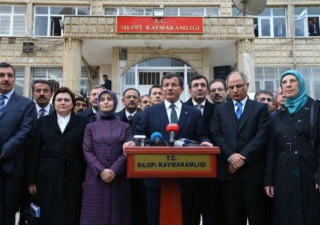 Başbakan Ahmet Davutoğlu, Şırnak'ın Silopi ilçesinde Kaymakamlık binasının önünde basın mensuplarına açıklamalarda bulundu.