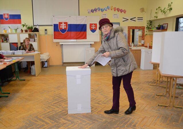Slovakya'da seçmenler ülkeyi dört yıl yönetecek yeni hükümeti belirlemek için sandık başına gitti.