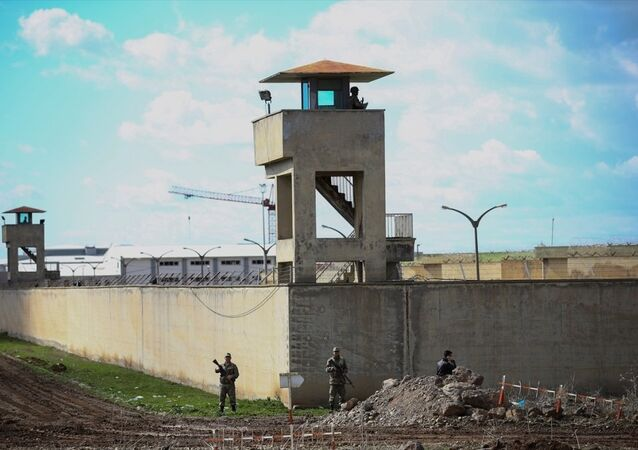 Diyarbakır D Tipi Ceza İnfaz Kurumundan 6 mahkum firar etti. Firarilerin yakalanması için geniş çaplı operasyon başlatılırken, çevre il ve ilçelerdeki güvenlik birimlerine de bilgi verildi.
