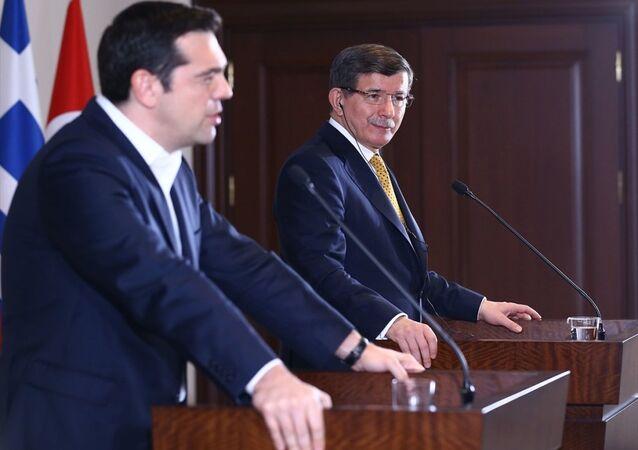 Başbakan Ahmet Davutoğlu ve Yunanistan Başbakanı Aleksis Çipras (solda), Başbakanlık İzmir Ofisi'nde, Türkiye-Yunanistan 4. Yüksek Düzeyli İşbirliği Konseyi Toplantısı'nın ardından ortak basın toplantısı düzenledi.