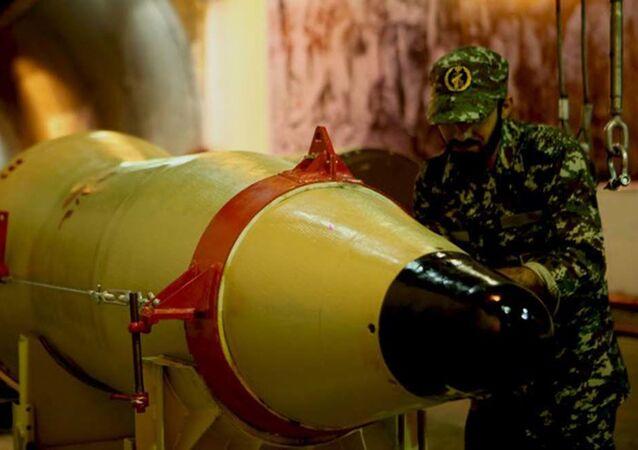 İran Devrim Muhafız Kuvvetleri'ne mensup olan asker balistik füze denemesi hazırlıklarına katılıyor.