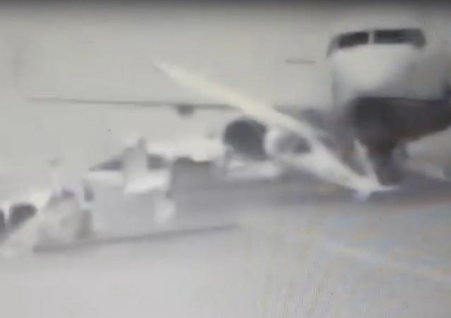Abu Dabi'deki şiddetli fırtına uçakları kırıp geçti