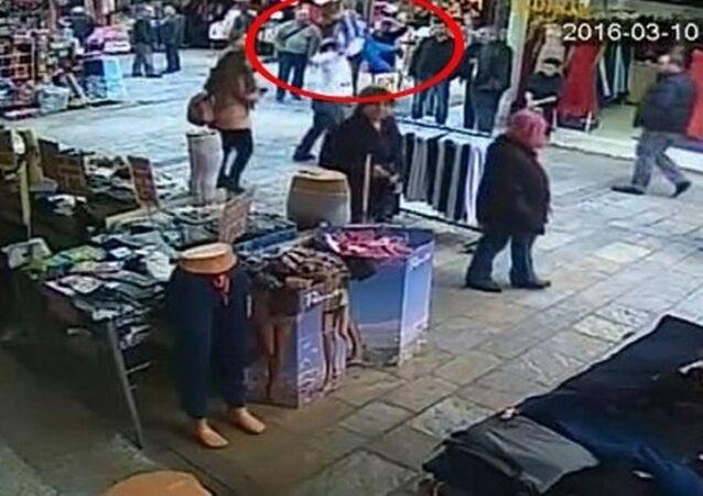 İzmir Valisi Mustafa Toprak, seyyar satıcı tarafından kaldırılıp yere fırlatılan çocuğun görüntüsünü büyük bir üzüntüyle izlediğini, gereğinin yapılması için güvenlik güçlerine talimat verdiğini söyledi.